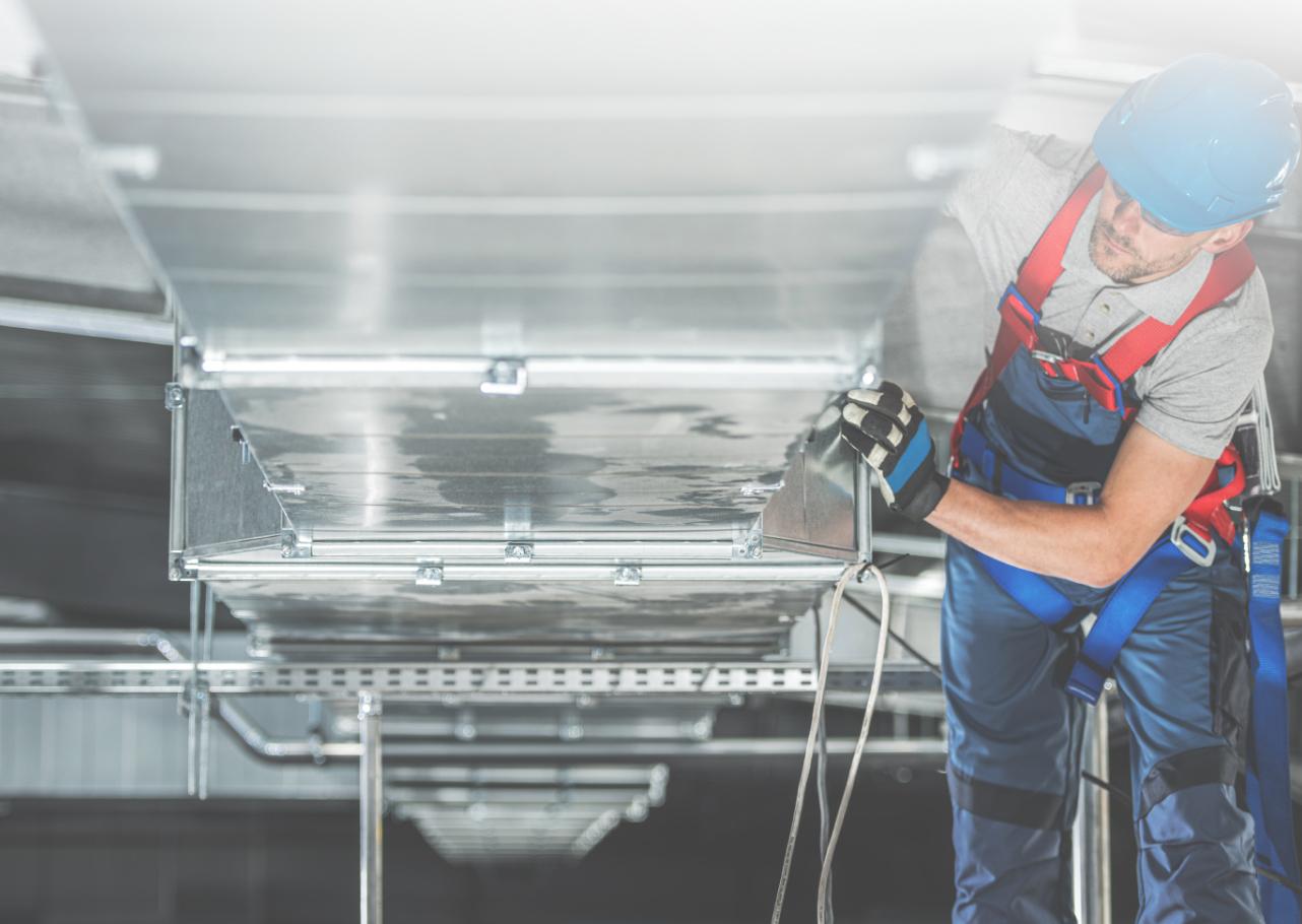 instalador de aire acondicionado en Murcia trabajando con conducto