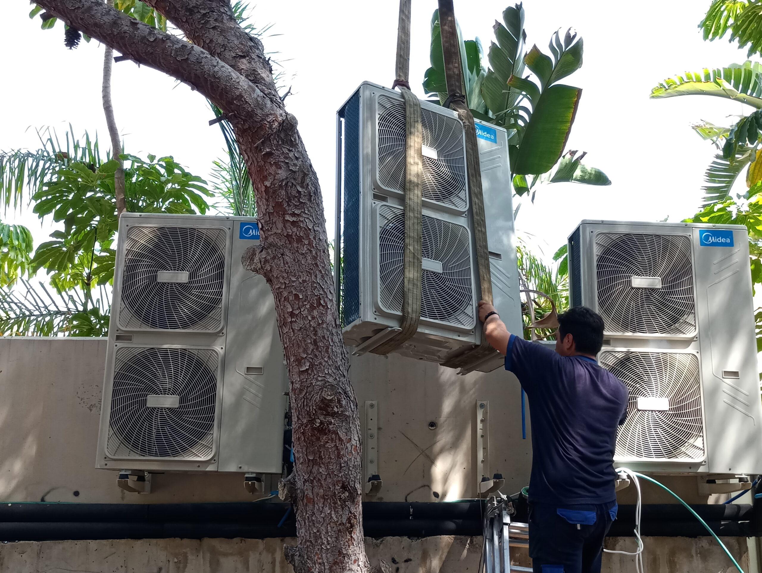 Reparación de aire acondicionado en Murcia llevada a cabo por trabajador